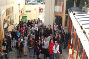 Une quarantaine de personnes debout dans la cour intérieure de l'Ecole Aujourd'hui