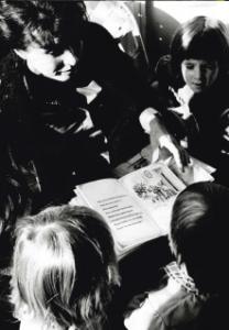 Sylvie lisant un livre aux enfants qui l'entourent
